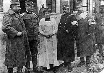 Nadežda Petrović sa osobljem Valjevske bolnice 1915.