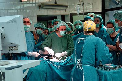 Profesor Kanis operiše u Valjevskoj bolnici (foto: D. Krunić)
