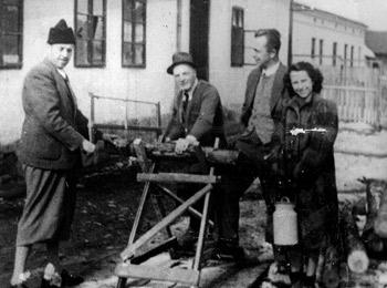 Pred zajedničkom kuhinjom, 1942.