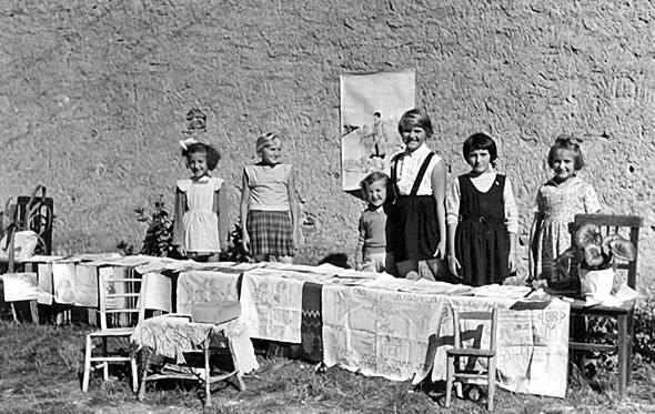 Izložba Dečijeg kućnog saveta u Karađorđevoj 101 (oko 1955): s leva na desno: Vana Andonović, spasenija, Cana Janković, Vesna Bjelić, Gordana Doda Andrić, Milena Nenadović, Zorica Bundalo