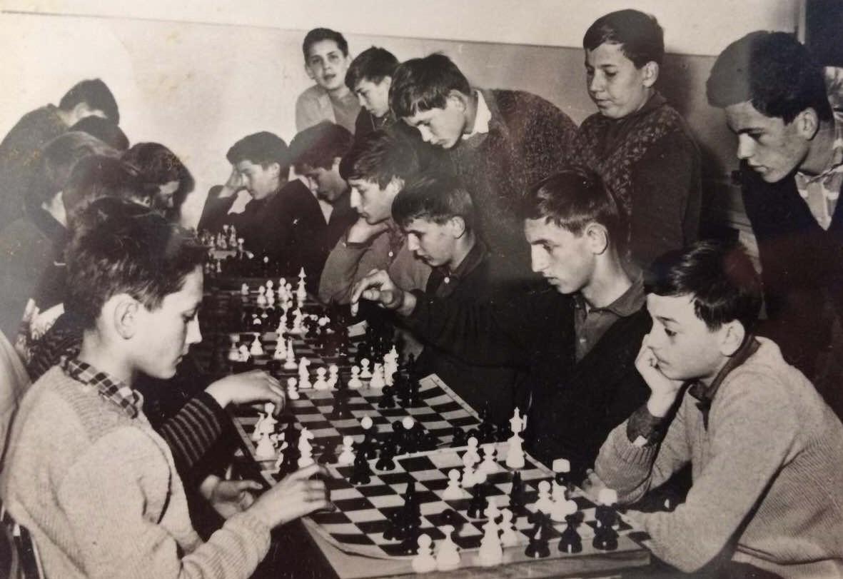 Ekipno prvenstvo  škole u šahu - u prvom planu Boban Tanasić (levo) i Dule Milutinović. Organizovao profesor biologije Sidža Radojčić