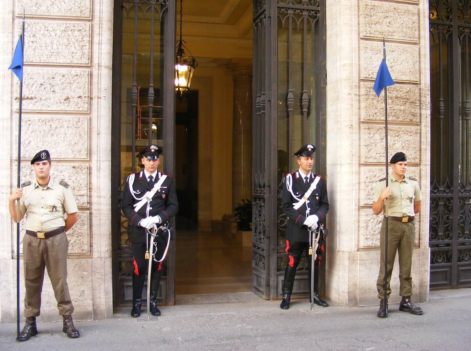 Ispred palate Madamma, sedišta inatlijanskog Senata. Karabinjeri i kolege kopljanici
