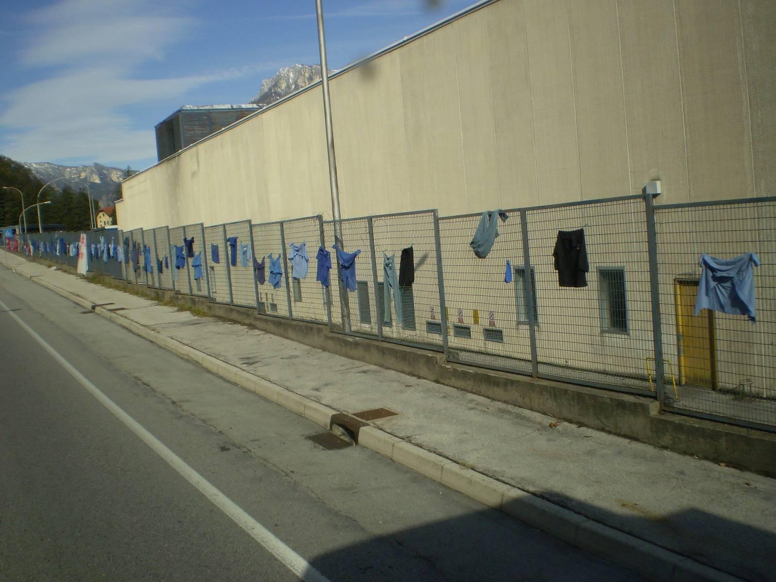 Fabrika je propala, a radnici se obesili po ogradi