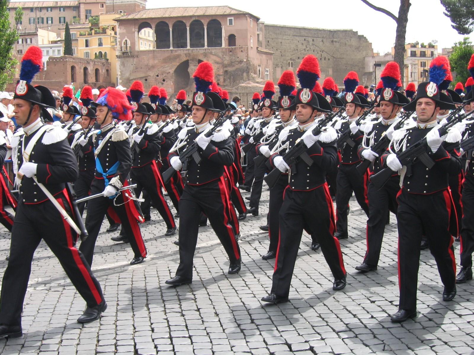 Parada za dan Republike 2. jun. Karabinjeri u svečanim uniforma. O pasu – sablja u rukama automatska puška 'beretta AR 70/90'