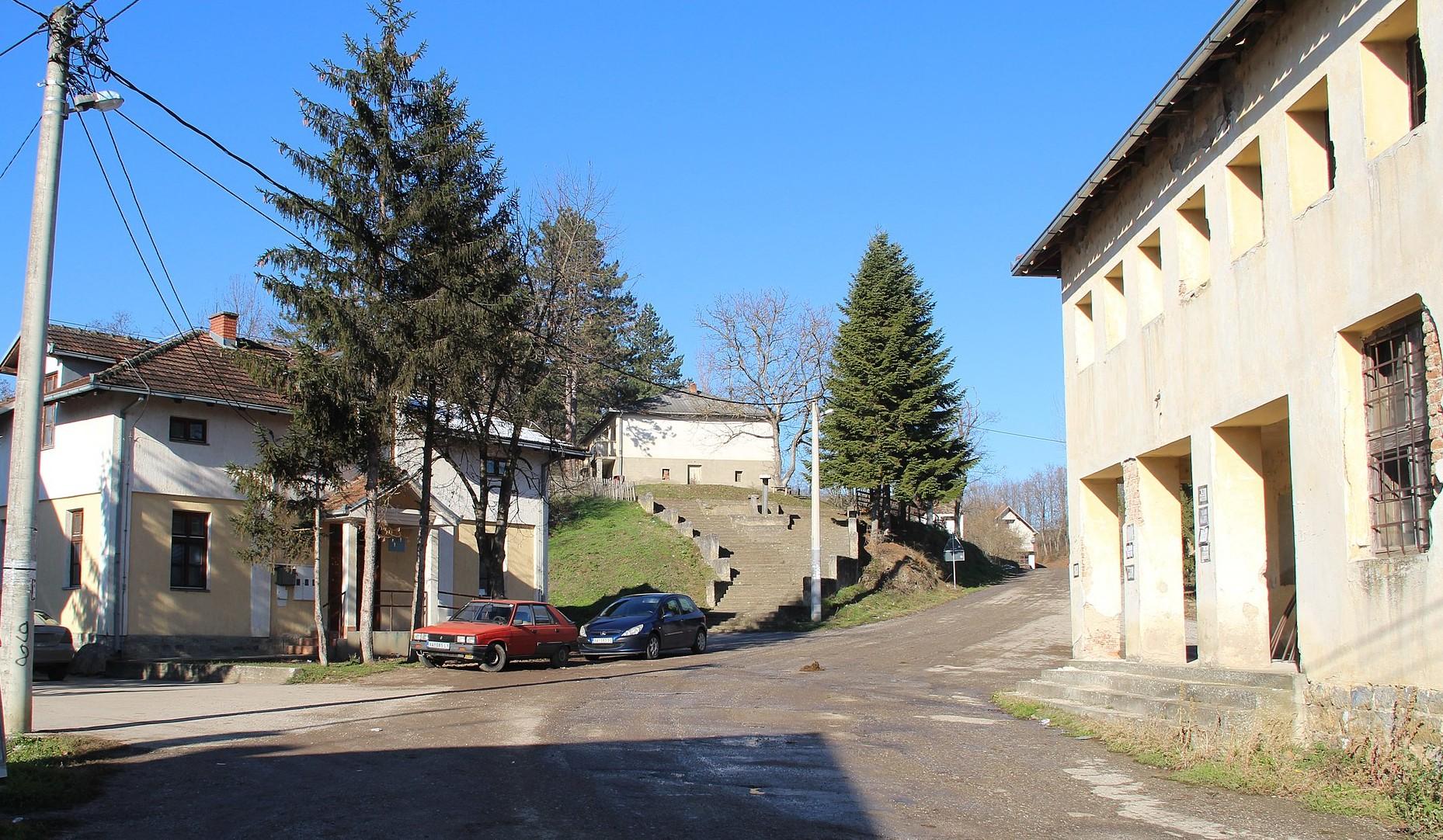 Gola Glava, centar sela