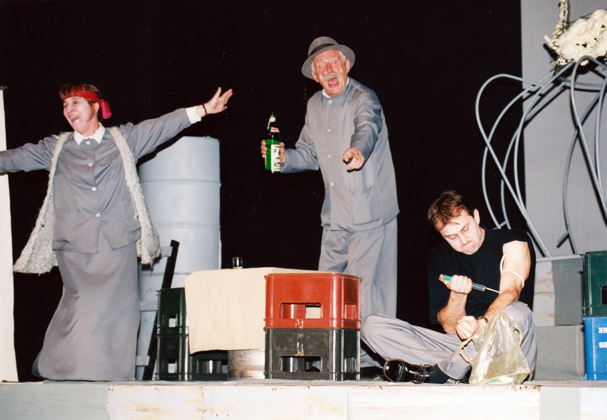 Scena iz predstave 'Šta je to ljudskom biću što ga vodi prema piću'