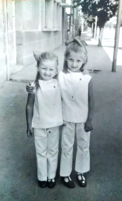 Sestra i ja ispred Centrala 1969. godina