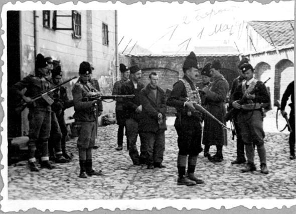 Borota (sa šubarom) i Majer pred pogubljenje u Valjevu