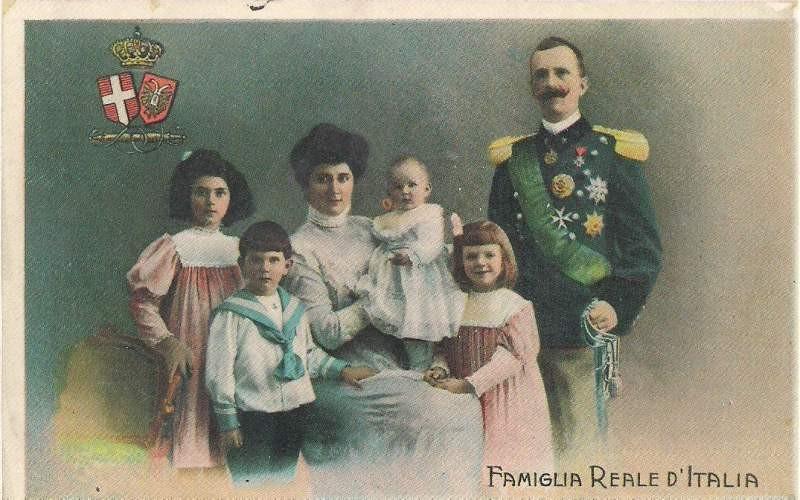 Kraljevski par sa decom: Jolanda, Mafalda, Umberto, Đovana… nedostaje najmlađa Marija koja još nije bila rođena. Đovana koju majka drži u naručju će postati bugarska carica, a Mafalda (devojčica uz očev skut) će stradati u koncentracionom logoru Buhenvald